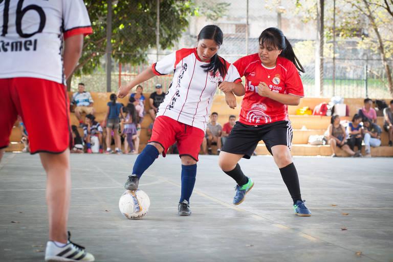Bolivianas jogam bola, aos domingos, para se fortalecer como comunidade e desestressar, incentivadas por pastoral do migrante