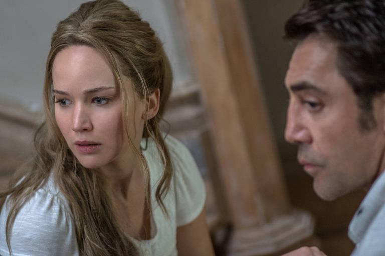 """Javier Bardem e Jennifer Lawrence em cena de """"Mãe!"""", de Darren Aronofsky"""