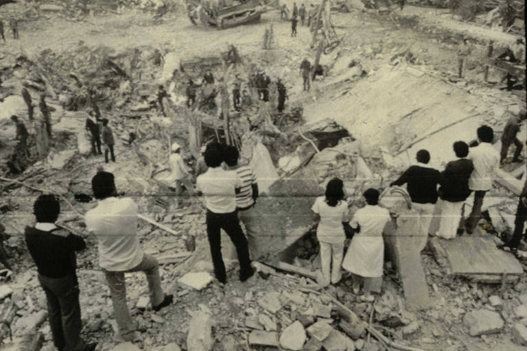 Moradores observam escombros após o terremoto que desvatou a Cidade do México