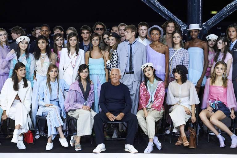 O estilista italiano posa com modelos ap�s o desfile de primavera-ver�o 2018/2019 em Londres