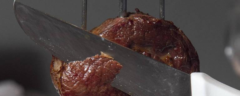 Carne sendo cortada em churrascaria – Edson Lopes Jr./Folhapress