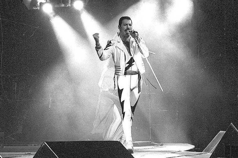Freddie Mercury, vocalista do grupo Queen, durante apresenta��o da banda no Rock in Rio 1985