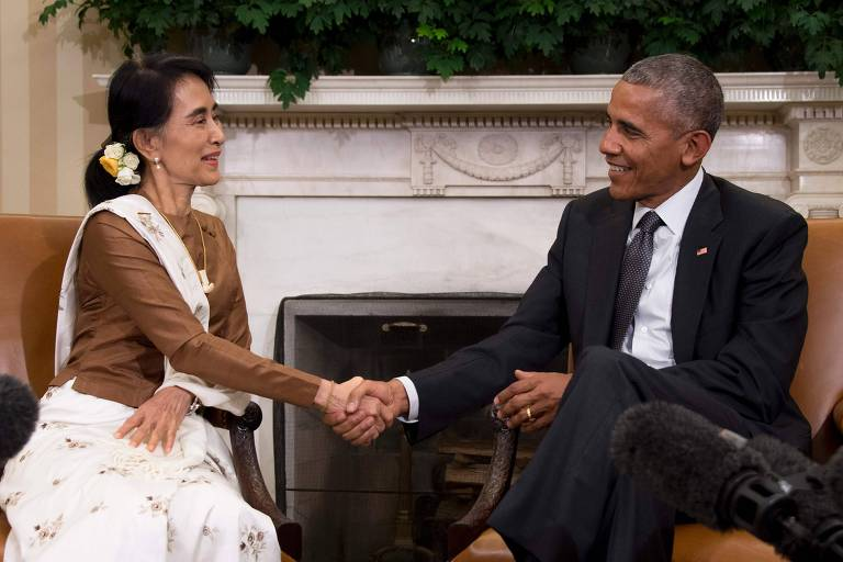 State Counsellor Aung San Suu Kyi of Burma (L) shakes hands with US President Barack Obama during a bilateral meeting at the White House in Washington, DC, September 14, 2016. / AFP PHOTO / JIM WATSON ORG XMIT: JIM002