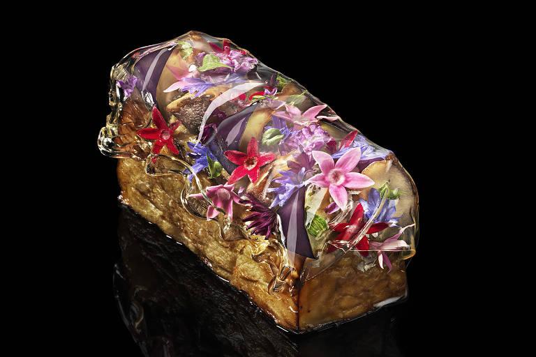 O prato com berinjela e flores remete a festival típico de Kyoto