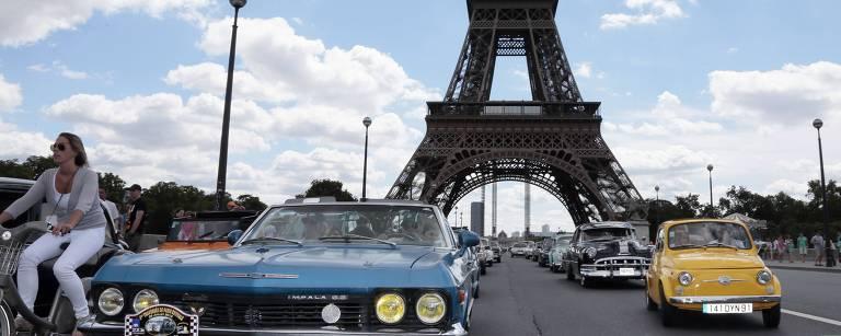 Carros antigos desfilam pelas ruas de Paris, em parada de 2012 – Jacques Demarthon/AFP