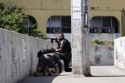 RIO DE JANEIRO,RJ,20.09.2017:TIROTEIO-ROCINHA - Intenso tiroteio num dos acessos à favela da Rocinha, na Zona Sul do Rio de Janeiro (RJ), fecha a autoestrada Lagoa-Barra nos dois sentidos, na manhã desta sexta-feira (22). As pessoas que cruzavam a passarela sobre a via expressa, perto do Túnel Zuzu Angel, em São Conrado, se jogaram no chão para se proteger dos disparos. Em meio aos tiros, um grupo ateou fogo em objetos que foram jogados na pista da autoestrada, também próximo ao Zuzu Angel. (Foto: Rommel Pinto/Futura Press/Folhapress) ***PARCEIRO FOLHAPRESS - FOTO COM CUSTO EXTRA E CRÉDITOS OBRIGATÓRIOS***