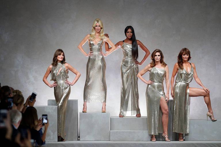 Carla Bruni (esqueda), Claudia Schiffer, Naomi Campbell, Cindy Crawford e Helena Christensen desfilaram criações icônicas durante o desfile primavera/verão 2018 da grife Versace, em Milão, na Itália