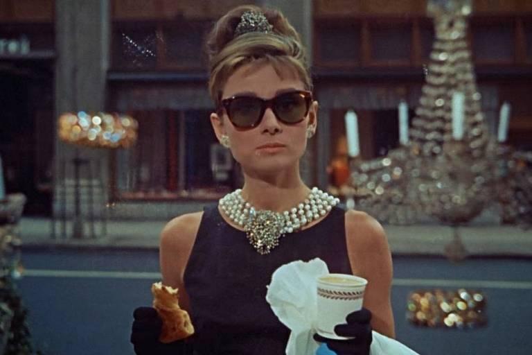 Audrey Hepburn com seu café e um croissant no filme