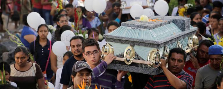 Familiares e amigos das vítimas realizam um enterro coletivo em Atzala – Imelda Medina/Reuters