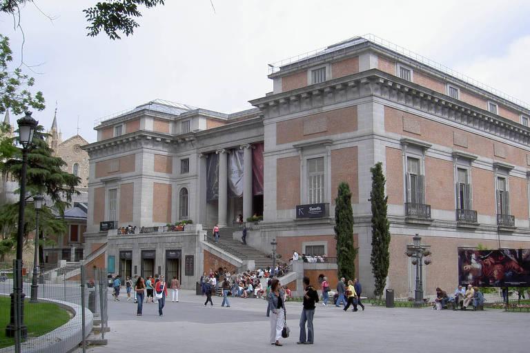 A entrada traseira, diferente da dianteira, tem arquitetura com aparência mais robusta. Duas escadas se conectam na entrada do museu, que é adornada por somente quatro colunas clássicas