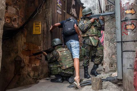 RIO DE JANEIRO, RJ, 22.09.2017: FAVELA-ROCINHA - Soldados do Exército patrulham favela da Rocinha, na zona sul do Rio de Janeiro, após dia de violência e confronto na comunidade. (Foto: Ricardo Borges/Folhapress)