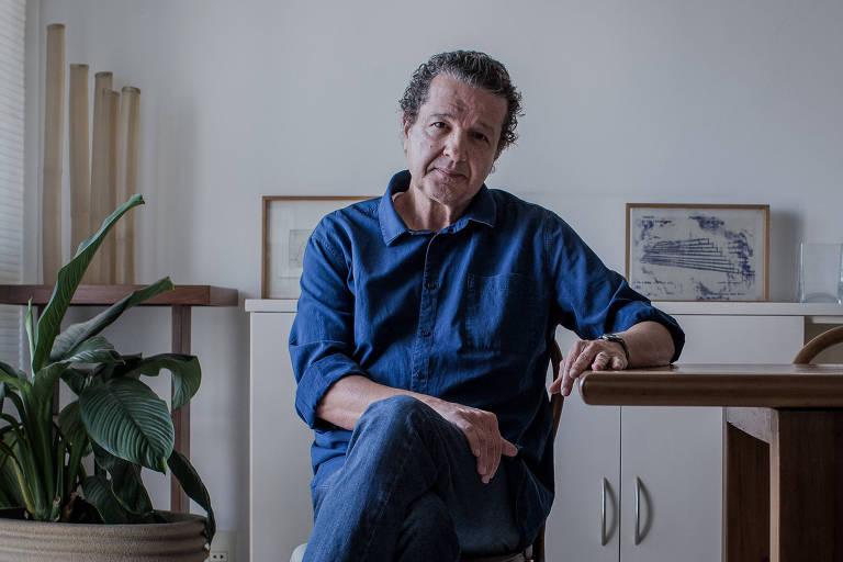 O jornalista Juca Kfouri na sala do seu apartamento no bairro de Higienópolis; 'nunca planejei nada na vida', afirma
