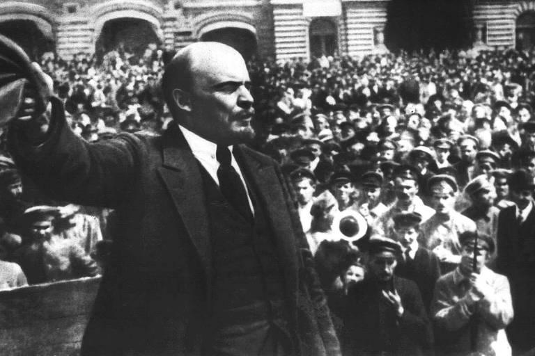 O líder soviético Vladimir Ilitch Ulianov (Lênin) durante discurso para soldados do exército soviético na praça Vermelha, em Moscou