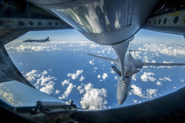 Bombardeiro B-1B � reabastecido perto da costa da Coreia do Norte