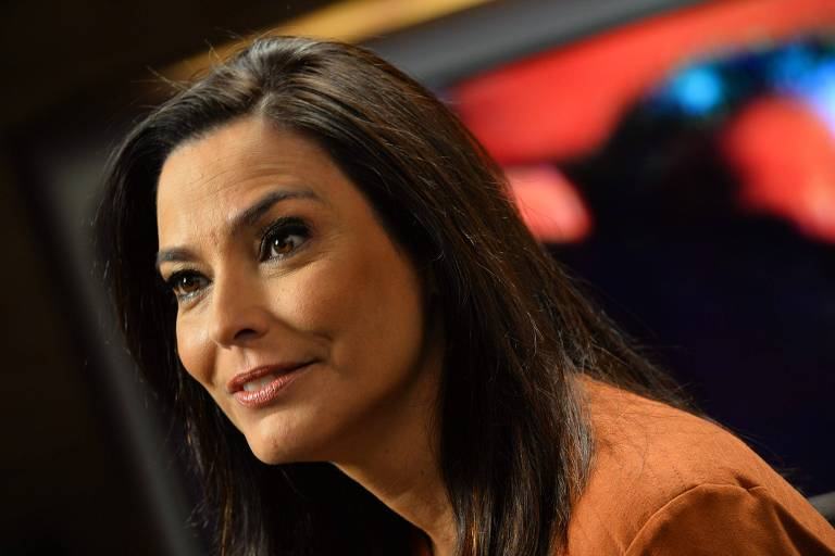Valéria Monteiro no estúdio de especial do Canal Viva