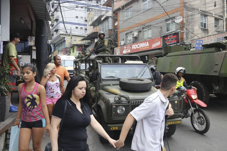 Rio Favela Turns Into War Zone
