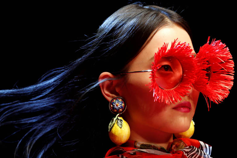 Modelo durante desfile do Dolce & Gabbana que explorou temas como flores e hortaliças