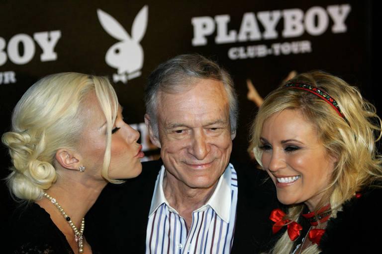Hugh Hefner em 2006, com o coelho ao fundo