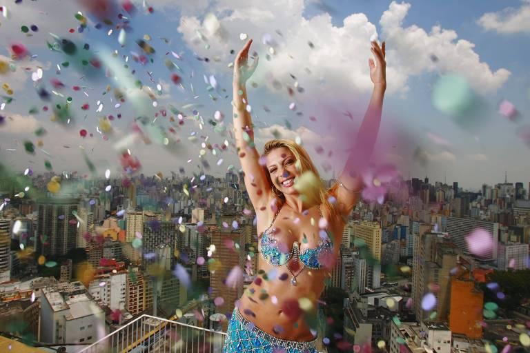 O bloco carnavalesco Agrada Gregos recebe a dançarina Sheila Mello para festa neste sábado