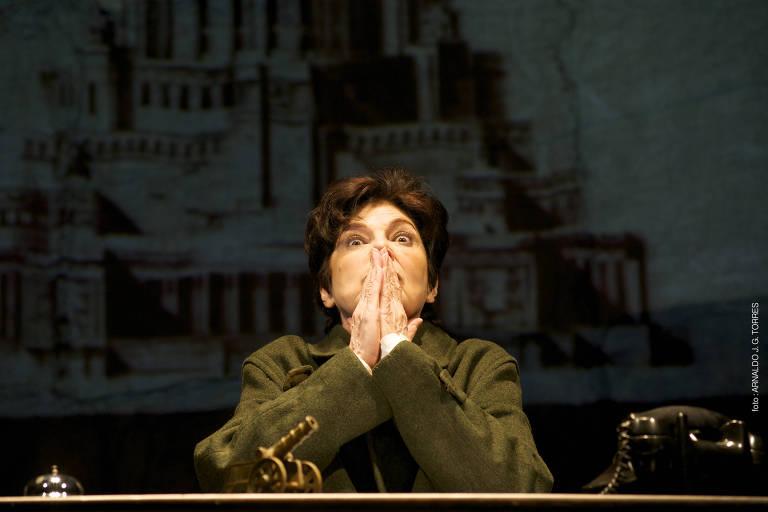 A atriz Esther Góes interpreta três comandantes homens em adaptação de Heiner Müller