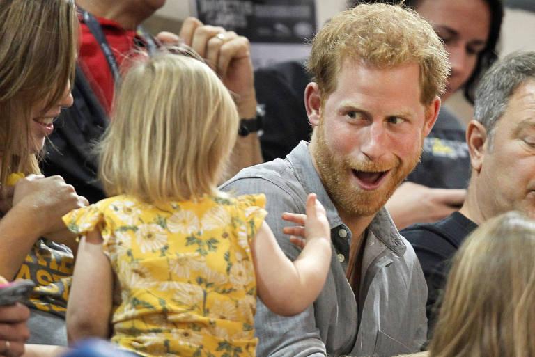 Garotinha rouba pipoca de Príncipe Harry durante jogo