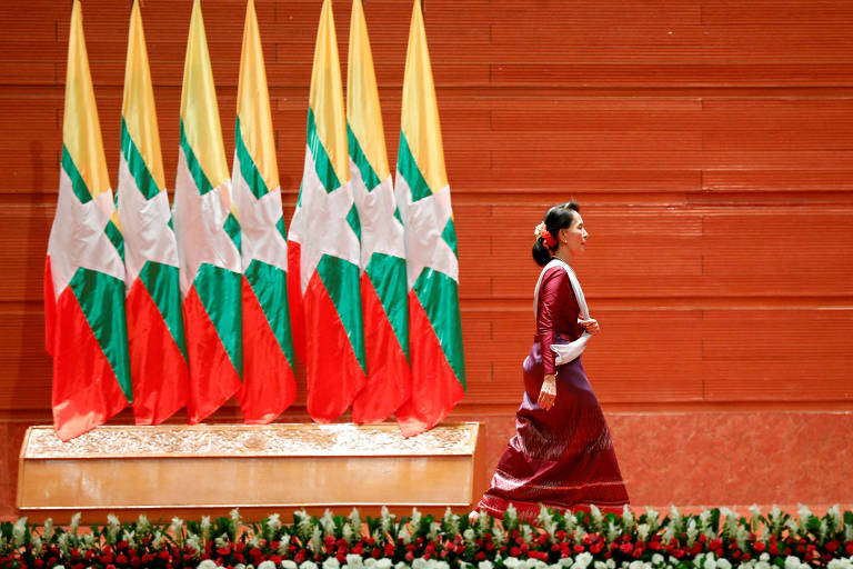 yanmar State Counselor Aung San Suu Kyi walks off the stage after delivering a speech to the nation over Rakhine and Rohingya situation, in Naypyitaw, Myanmar September 19, 2017. REUTERS/Soe Zeya Tun TPX IMAGES OF THE DAY ORG XMIT: GGGMYM13