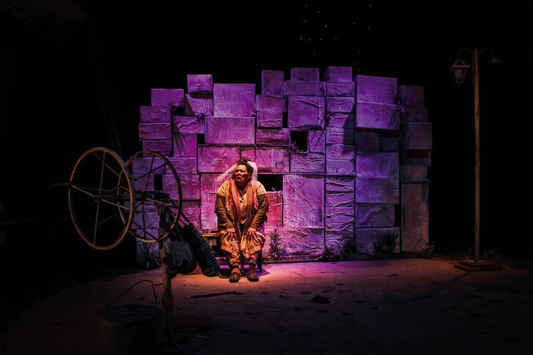 "Teuda Bara na peça ""A Doida"""