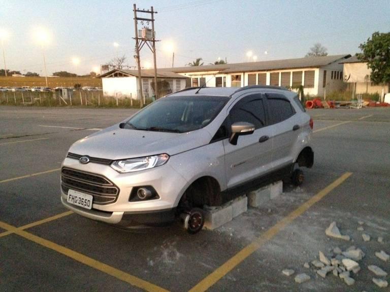 Carros t�m rodas roubadas em estacionamento de aeroporto de SP