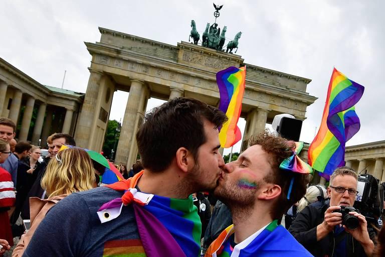 Dois homens se beijam em Berlim no dia em que o Parlamento aprovou a legalização do casamento homoafetivo, em junho