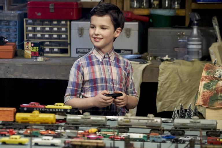 Iain Armitage como Sheldon Cooper aos 9 anos na estreia de 'The Young Sheldon
