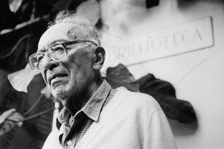 O tradutor e crítico húngaro Paulo Rónai na porta de sua biblioteca, em 1991