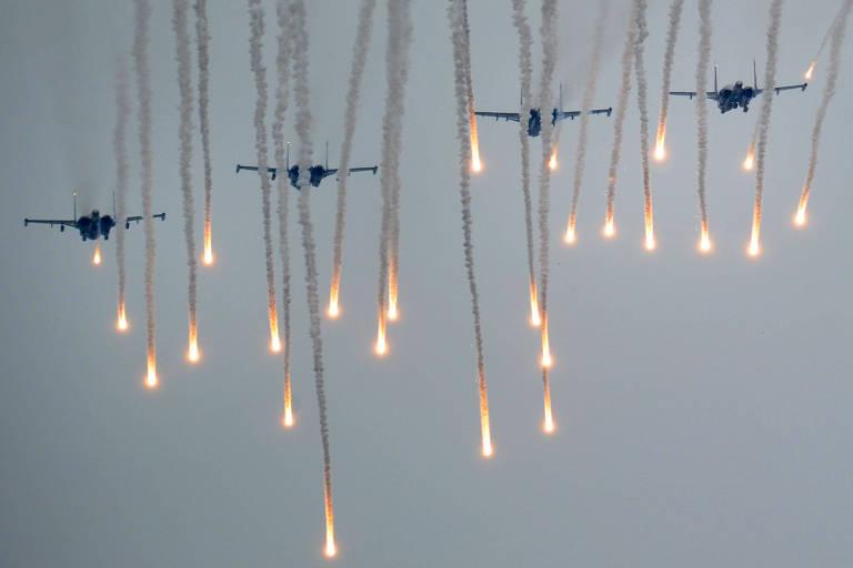 """Caças russos disparam """"flares"""", iscas para afastar mísseis guiados por calor, em exercício em 2017"""