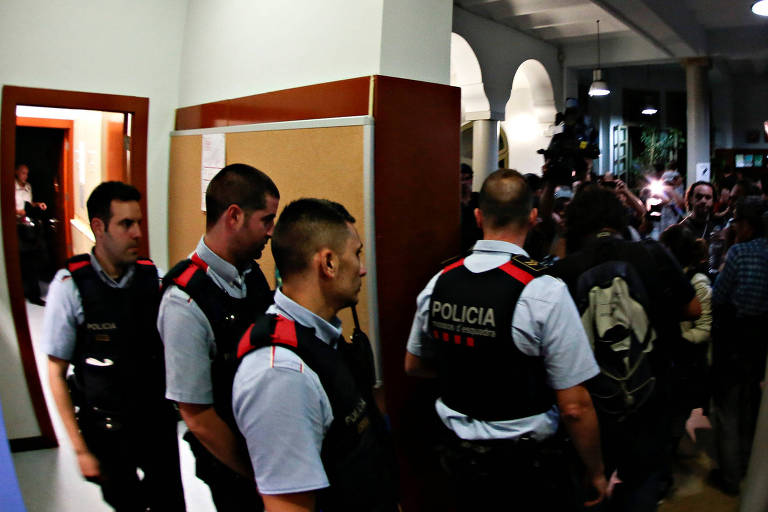 Mossos d'Esquadra, Catalan regional police, enter the Miquel Tarradell high school, one of the designated polling stations, where a group of people assembled to occupy the premises in a bid to allow voting for the banned independence referendum in Barcelona, Spain September 29, 2017. REUTERS/Enrique Calvo ORG XMIT: PDH505