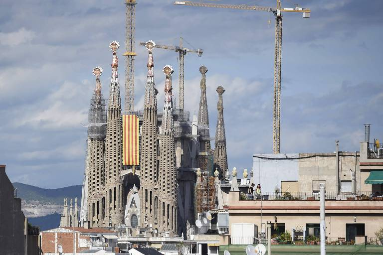 A igreja da Sagrada Fam�lia, em Barcelona, com a bandeira da Catalunha