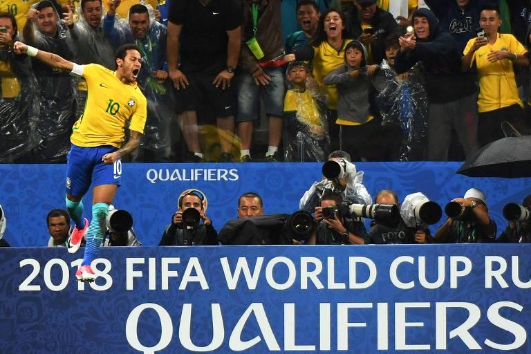 Neymar comemora gol em vitória sobre o Paraguai pela eliminatórias para a Copa