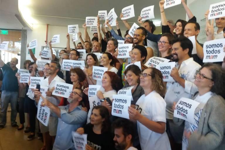 Ato reúne 200 pessoas em defesa do MAM