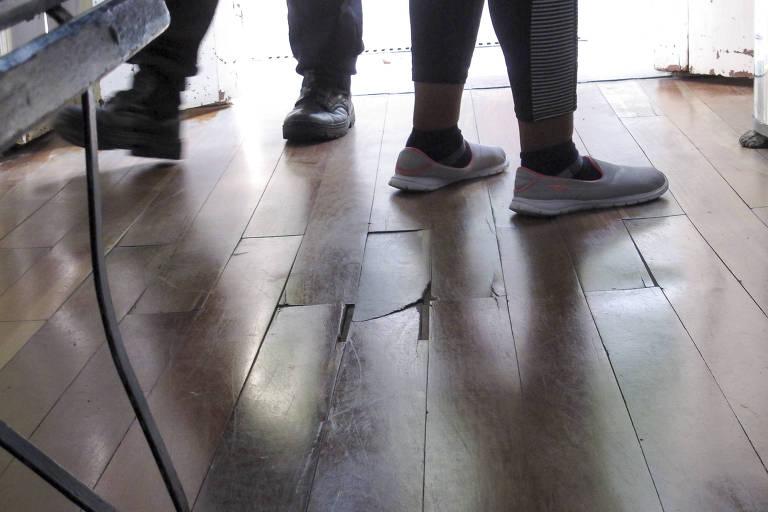 Na Casa de Cultura no Trememb�, uma das tabuas do piso est� quebrada e corre o risco de ceder