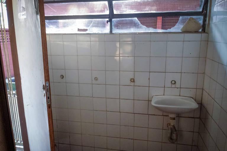 Na Casa Cultura Campo Limpo, o banheiro masculino est� com vidros quebrados e sem sem torneira