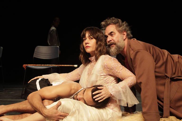 """Jhan Carlos, Alessandra Negrini e Igor Kovalewski no espetáculo """"A Volta ao Lar""""."""