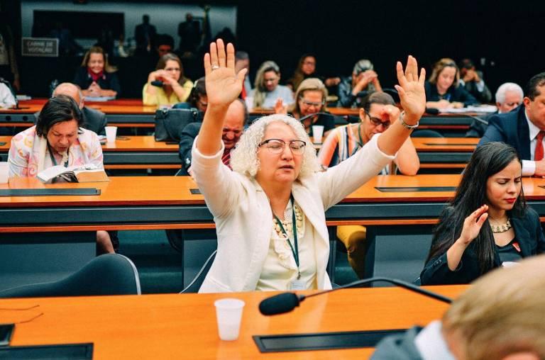 A psicóloga Rozangela Justino em sessão na Câmara dos Deputados