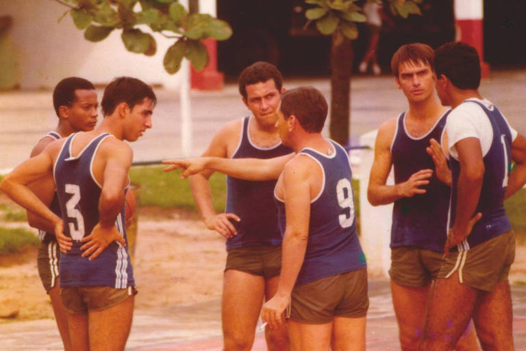 Jair Bolsonaro (segundo da dir. para a esq.) joga basquete com amigos da brigada paraquedista