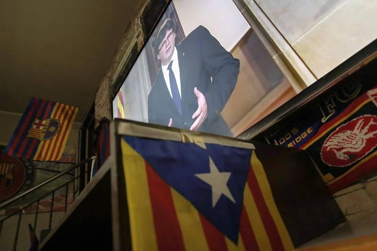 Bar em Barcelona, com a bandeira da Catalunha, exibe discurso do presidente da região, Carles Puigdemont