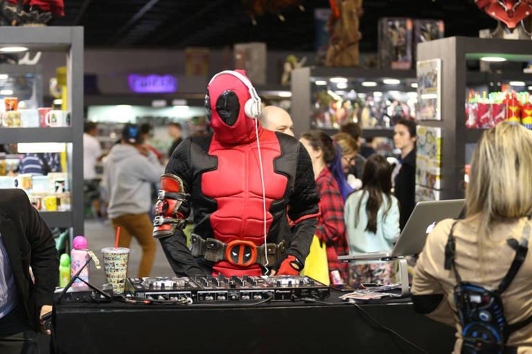 Pessoa fantasiada do personagem Deadpool na BGS, em 2016