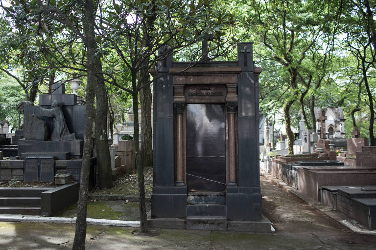Mausoléu no cemitério da Consolação (centro) com porta de madeira, após ter o portão furtado no cemiterio da Consolação