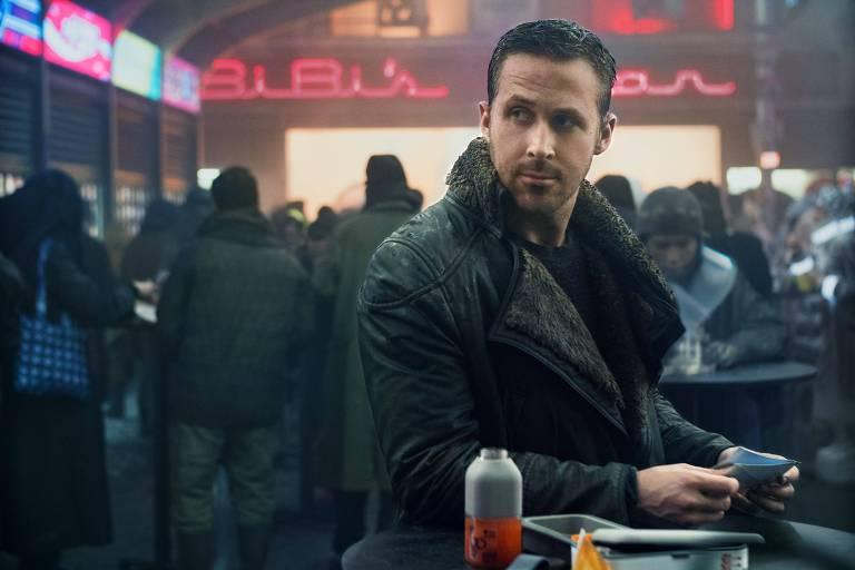 "Ryan Gosling em cena do filme ""Blade Runner 2049"", de Denis Villeneuve"