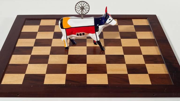 """""""Xeque-Mate (Touro Mondrian e Duchamp)"""", de Nelson Leirner"""