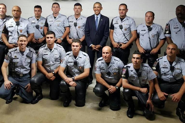 Ex-presidente americano Barack Obama posta com sua escolta policial no local ap�s dar palestra na capital paulista