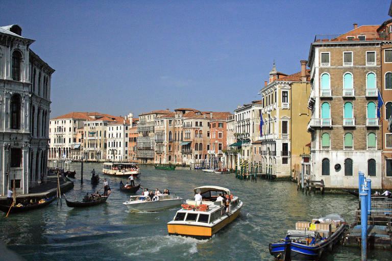 A cena mostra a paisagem t�pica de Veneza, na qual os canais cercados pelos pr�dios. No caso desse, � mostrado um dia ensolarado e o canal um pouco mais largo do que o usual. G�ndolas e barcos maiores s�o vistos passando por ele. Ao longo do canal, pr�dios coloridos em estilo cl�ssico