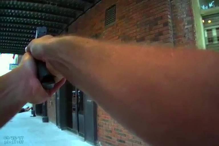 Policial atira em ator vestido de ladrão
