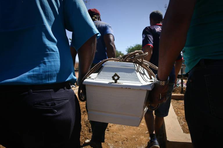 Enterro de crian�as v�timas de atentado em Jana�ba-MG